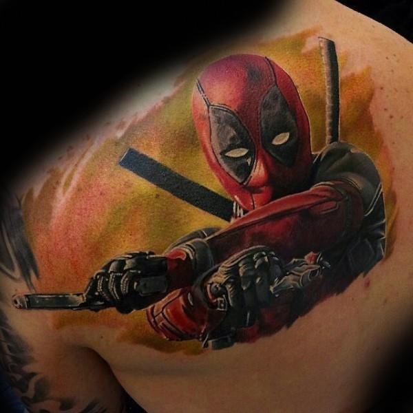 背部逼真的彩色手枪和死侍纹身图案