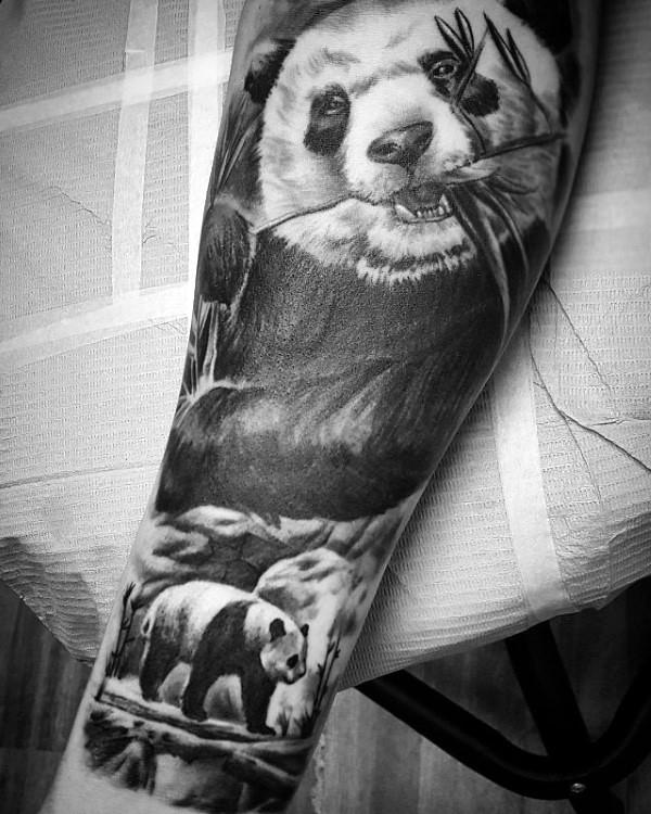手臂逼真的可爱熊猫吃竹子纹身图案