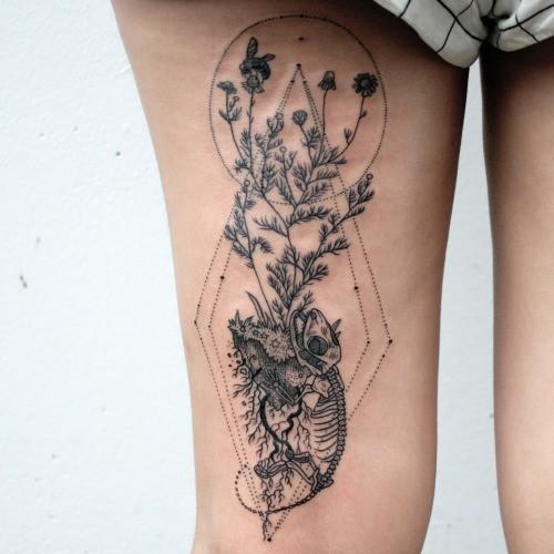 大腿雕刻風格黑色蜥蜴與植物幾何紋身圖案