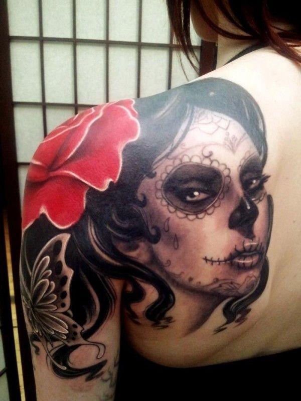 肩部死亡女郎与一朵玫瑰纹身图案