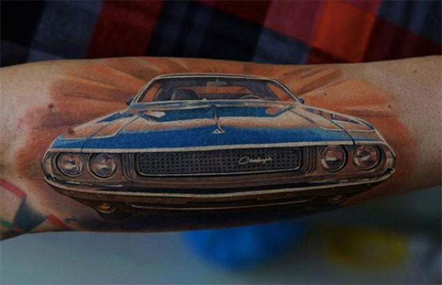 手臂美妙的蓝色赛车纹身图案