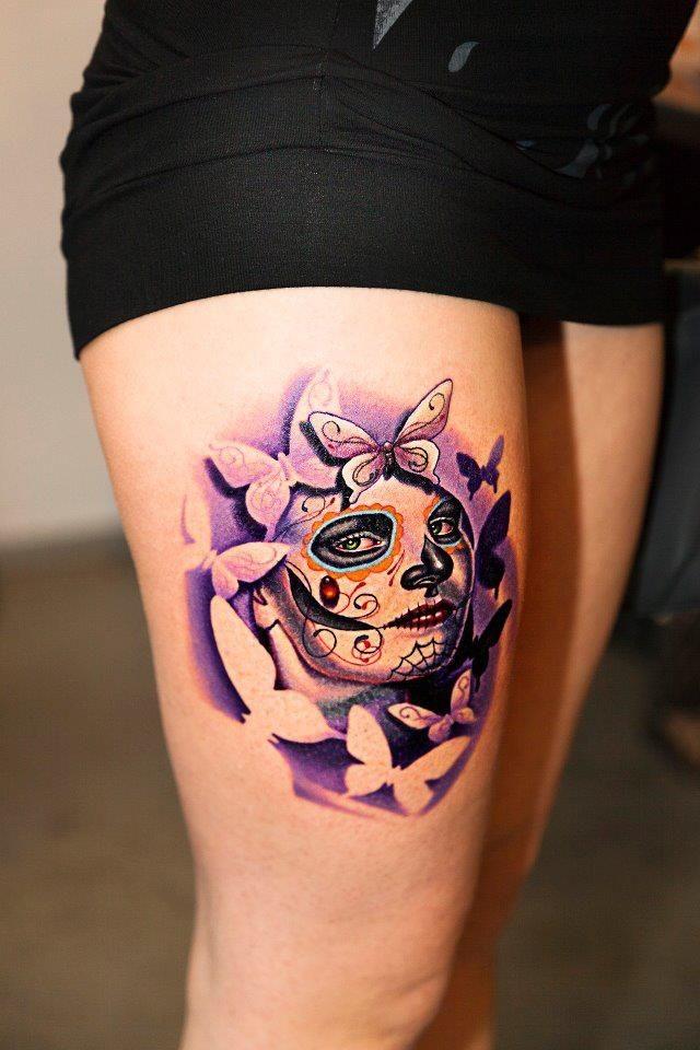 大腿彩绘死亡女郎和蝴蝶纹身图案
