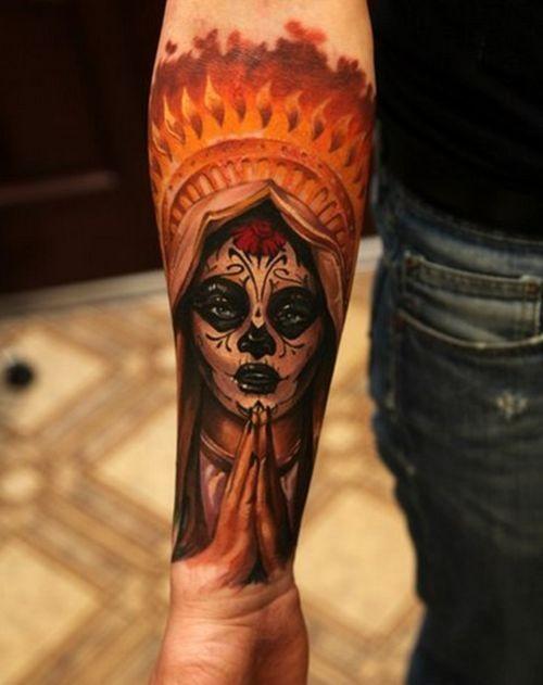 手臂多彩的死亡女郎纹身图案