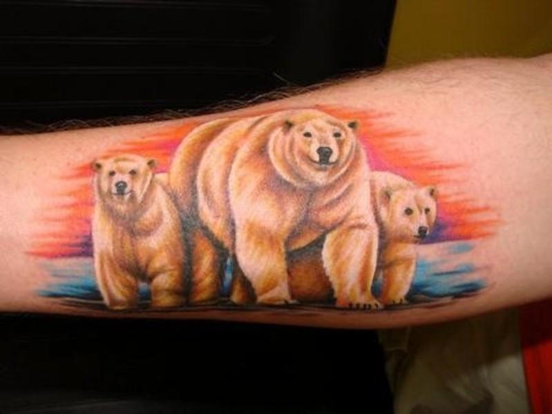 手臂多彩的北极熊家庭纹身图案