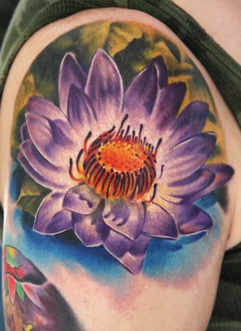 大臂美麗的紫色蓮花紋身圖案