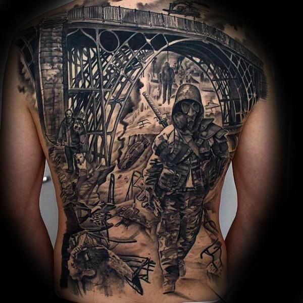 背部黑色的旧桥与士兵防毒面具纹身图案