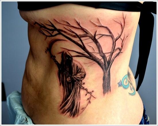 黑色的死神镰刀和树侧肋纹身图案