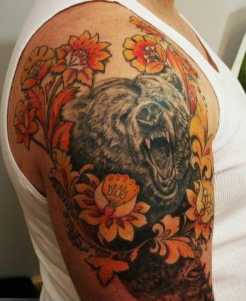 大臂黃色花朵與熊頭像彩色紋身圖案