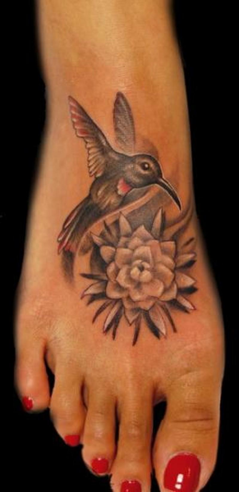 脚背小小的美丽蜂鸟花朵纹身图案