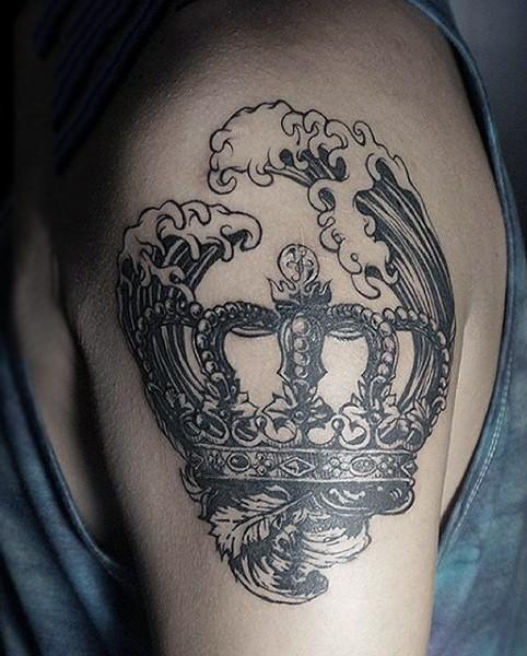 大臂old school黑色皇冠与海浪纹身图案