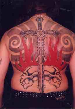背部火焰和剑与骷髅纹身图案
