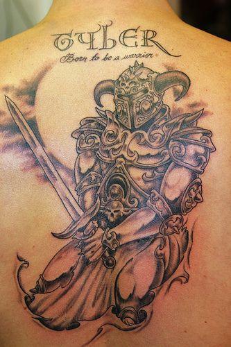 背部漂亮的武士艺术纹身图案