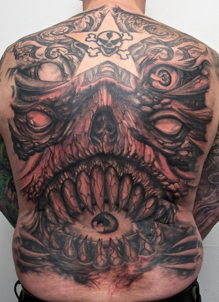 背部怪物魔鬼头像与眼球纹身图案
