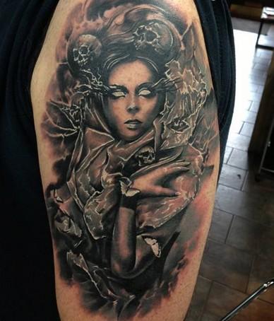 手臂令人毛骨悚然的黑白女性和骷髅纹身图案