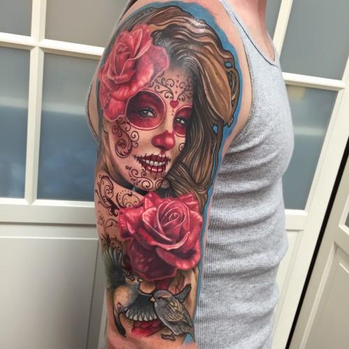 大臂美丽的彩色墨西哥妇女肖像与鲜花纹身图案