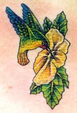 黃色花朵上的蜂鳥紋身圖案