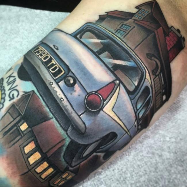 手臂彩色的飞行汽车卡通纹身图案