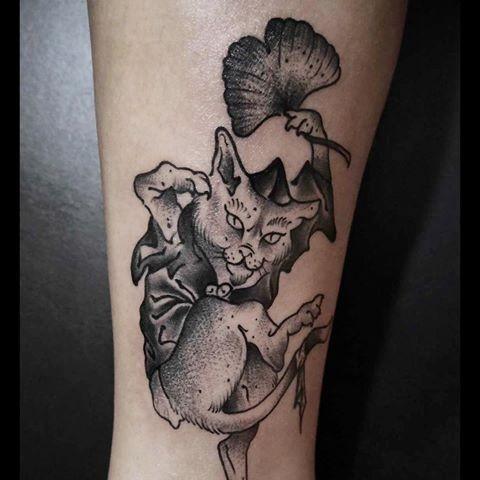 雕刻風格黑色邪惡的貓與樹葉紋身圖案