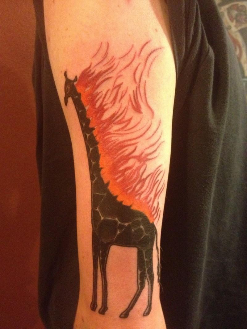 手臂长颈鹿红色火焰纹身图案