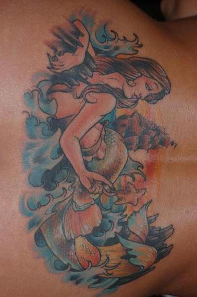 腰部梦幻的美人鱼和海面纹身图案