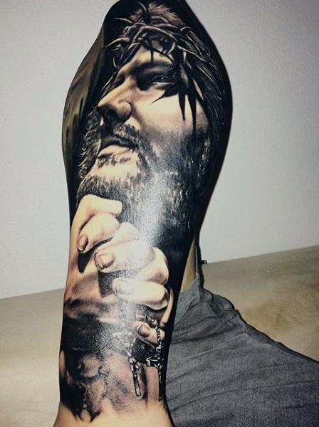 写实风格黑白夜神月肖像和祈祷的手纹身图案
