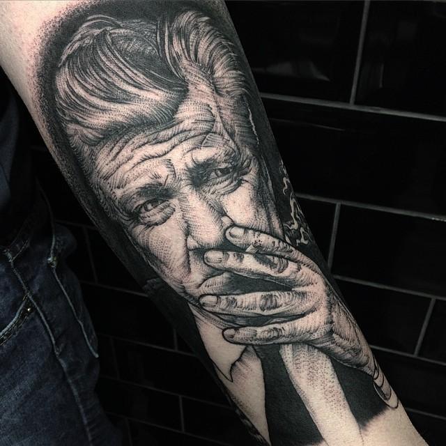 小臂old school黑吸烟男子肖像纹身图案