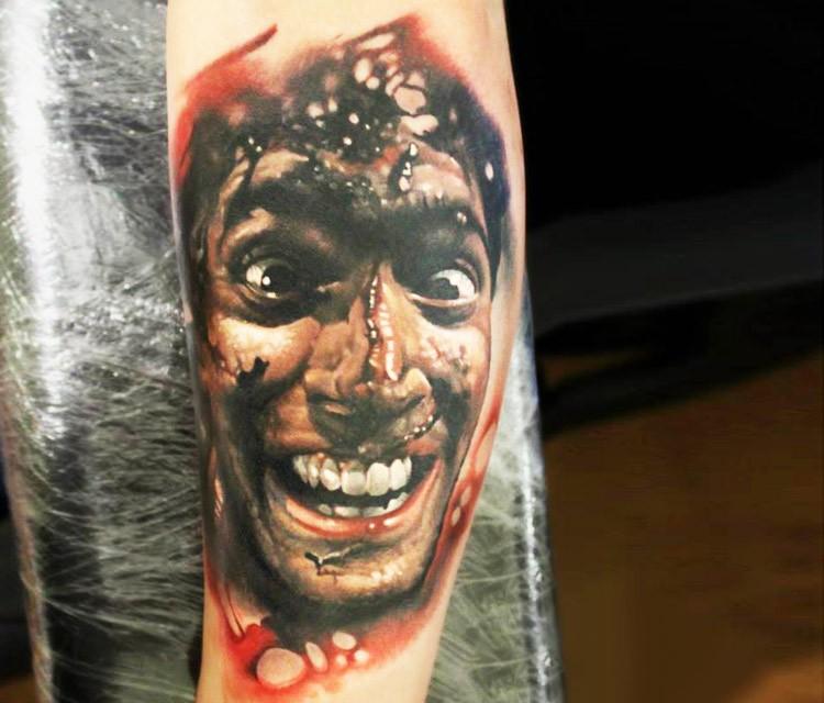 彩色恐怖风格血腥疯狂男子手臂纹身图案