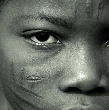 非洲婦女臉部殘忍的傳統割肉紋身圖案