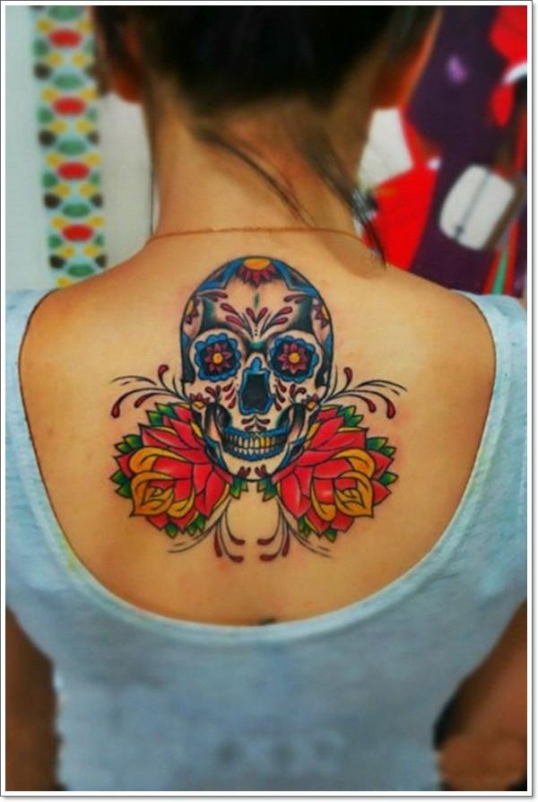 背部墨西哥骷髅和红色花朵纹身图案