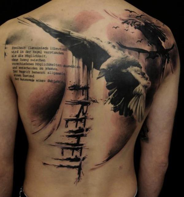 背部写实的乌鸦与字母泼墨纹身图案