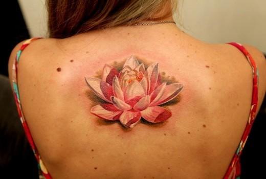 背部寫實美麗的粉紅色與白色蓮花紋身圖案