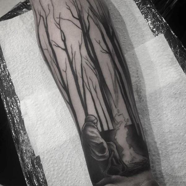 黑色树林与人像火焰小臂纹身图案