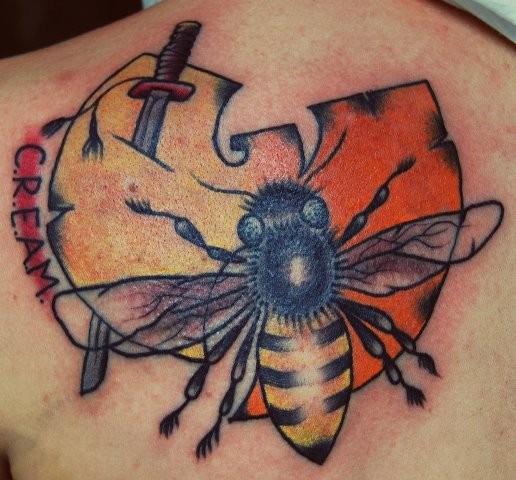 背部卡通风格的彩色蜜蜂和有趣的符号纹身图案