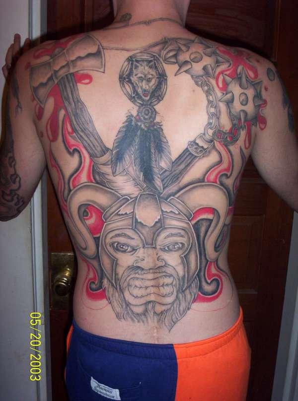 背部黑色与红色维京战士纹身图案