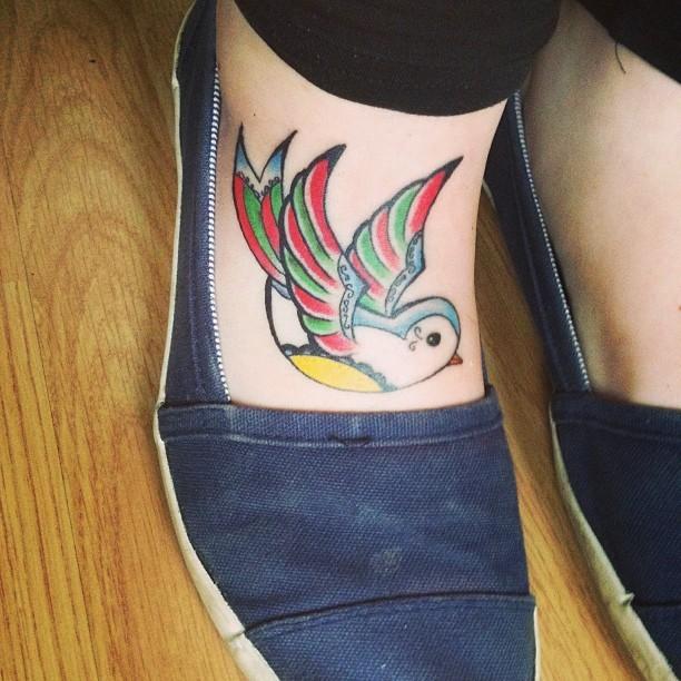 脚背可爱的彩色小鸟纹身图案