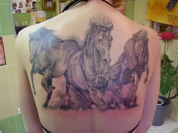 背部精彩的三匹奔騰馬紋身圖案