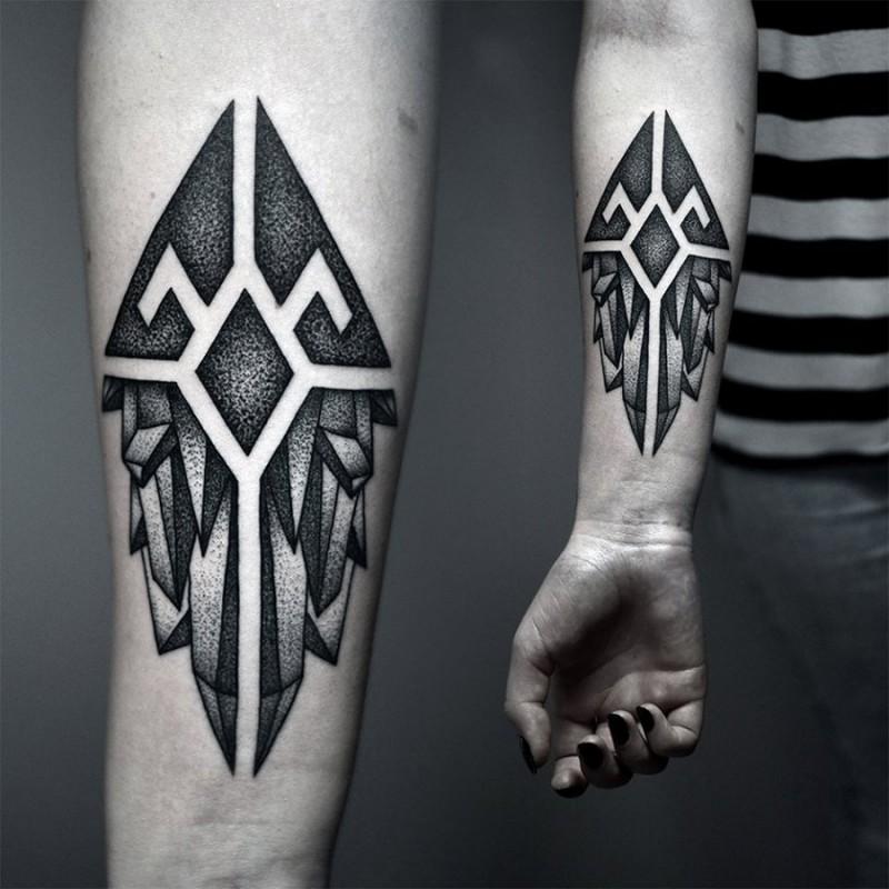 小臂黑色点刺几何纹身图案