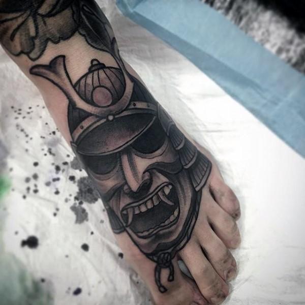 脚背黑色邪恶武士头盔纹身图案