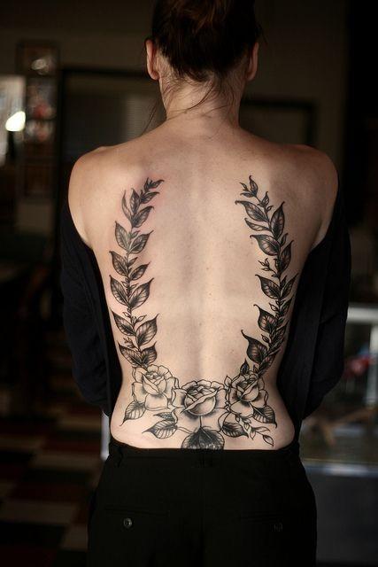 背部可愛的黑灰玫瑰植物紋身圖案