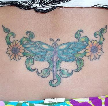 背部美丽的蜻蜓和花朵彩色纹身图案