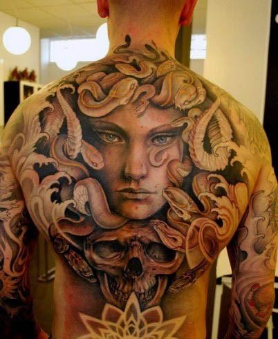 背部令人難以置信的邪惡美杜莎與骷髏紋身圖案