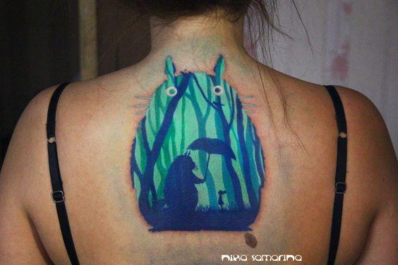 背部卡通龙猫与雨伞和小女孩彩色纹身图案