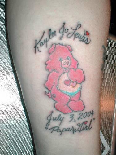 可爱的粉红熊与字母纹身图案