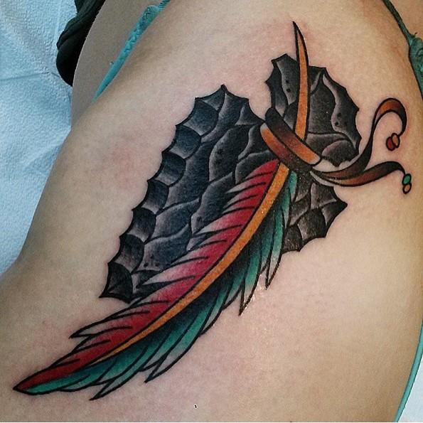 黑色古兵器与多彩羽毛纹身图案