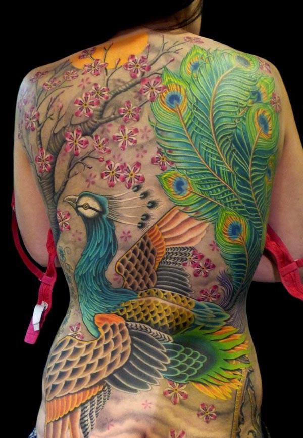 背部日本风格大型五彩孔雀和花朵纹身图案