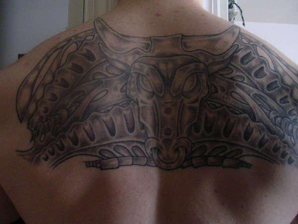 背面黑灰部落牛纹身图案