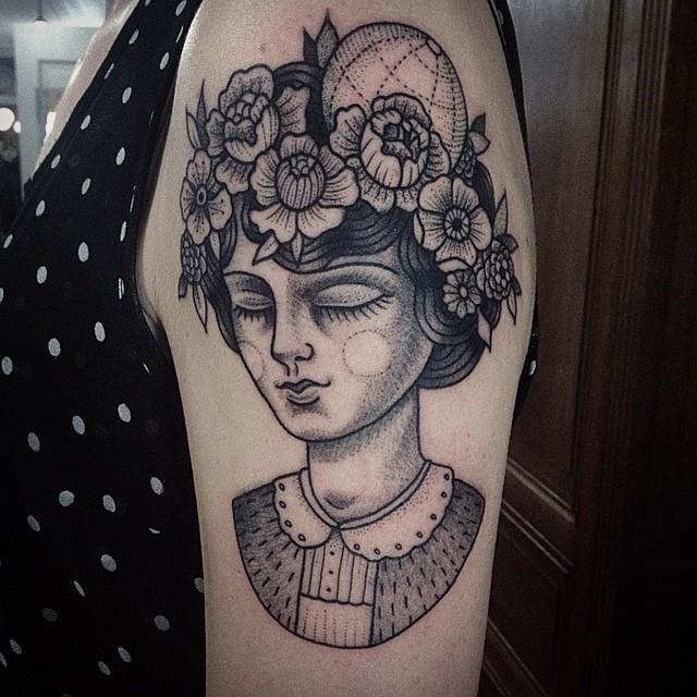 大臂黑色點刺可愛女人肖像與花朵紋身圖案