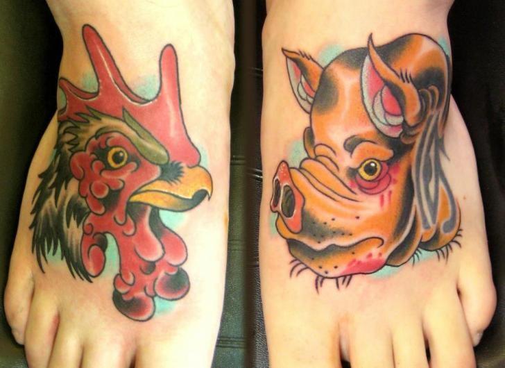 脚背卡通猪和公鸡纹身图案