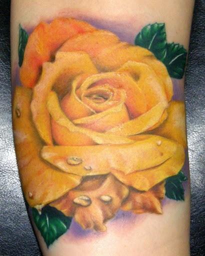 絕對現實的美麗黃玫瑰紋身圖案