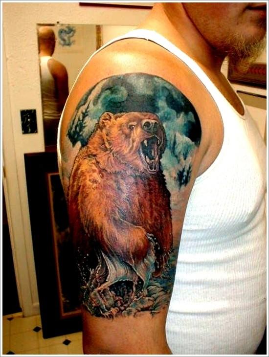 大臂彩色的熊在水中纹身图案
